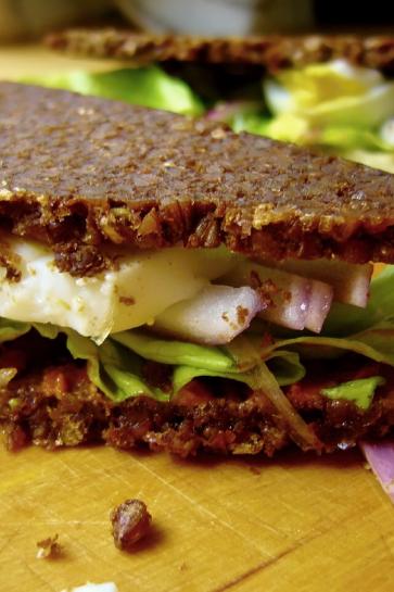 0211. Pikantný sendivič s pestom zo sušených paradajok