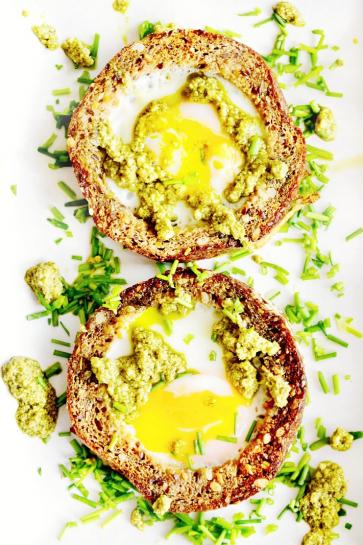 0651. Skvelý nápad-Zapekané vajíčka v celozrnnom chlebe s bazalkovým pestom_04